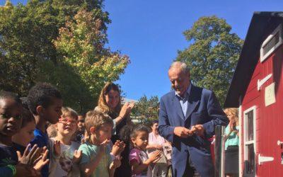 Inauguration du poulailler par André Veyssière, maire de Dugny – Reportage par le Parisien